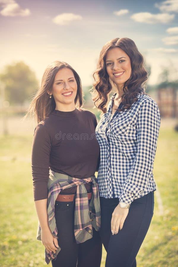 Dois jovem mulher bonita, conceito bonito e natureza imagem de stock