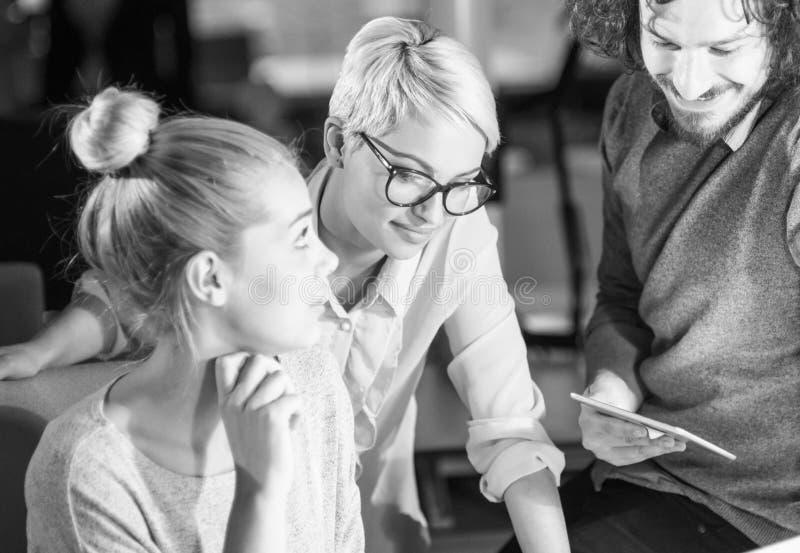 Dois jovens Businesswomans no trabalho fotografia de stock