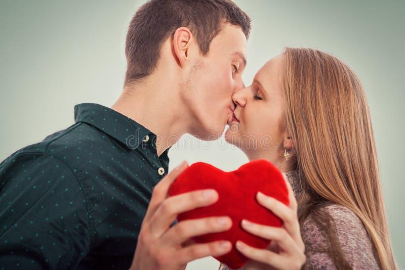 Dois jovens no beijo do amor fotografia de stock