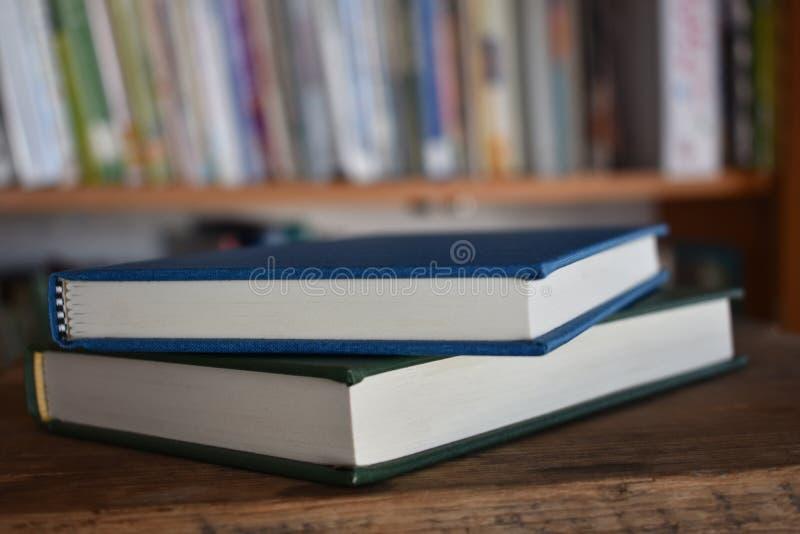 Dois livros em uma biblioteca foto de stock
