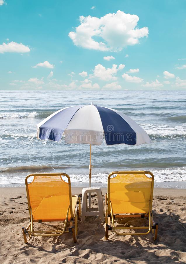 Dois Loungers sob o guarda-chuva de Sun na praia imagem de stock royalty free