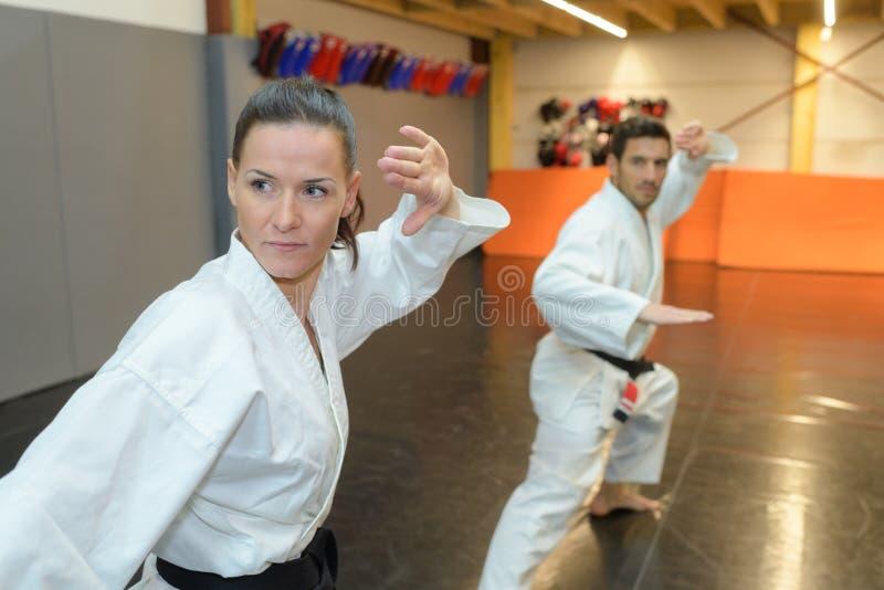Dois lutadores das artes marciais que praticam o esporte do combate foto de stock