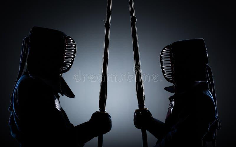 Dois lutadores do kendo oposto a se imagens de stock royalty free