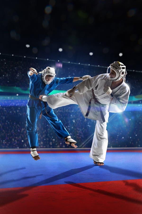 Dois lutadores do kudo estão lutando na arena grande fotografia de stock