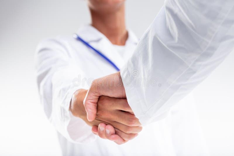 Dois médicos que agitam as mãos imagem de stock royalty free