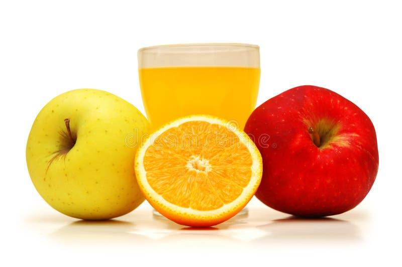 Dois maçãs, sucos e laranjas fotos de stock