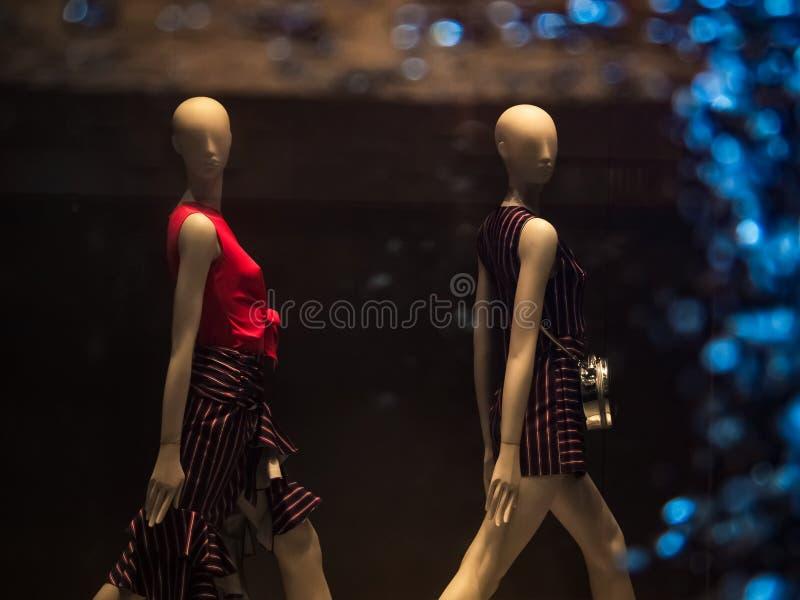 Dois manequins, fêmea vestida na roupa ocasional Fashi abstrato imagens de stock royalty free