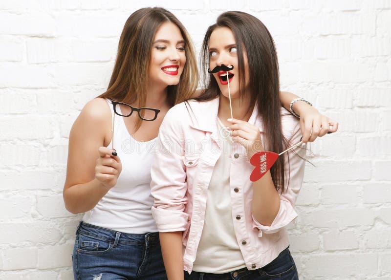 Dois melhores amigos à moda das meninas do moderno prontos para o partido imagem de stock