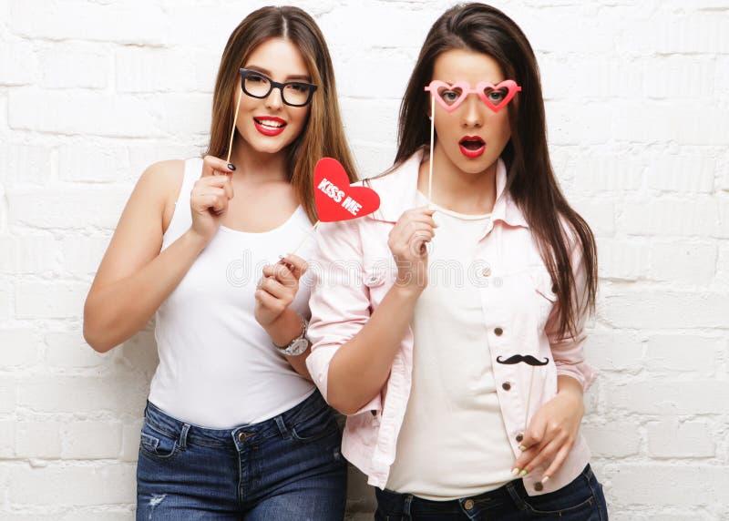 Dois melhores amigos à moda das meninas do moderno prontos para o partido foto de stock