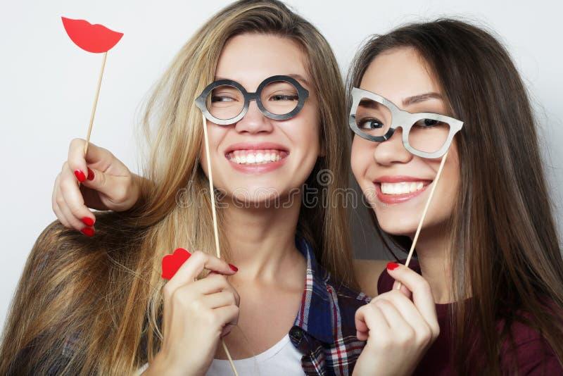 Dois melhores amigos 'sexy' à moda das meninas do moderno prontos para o partido fotografia de stock