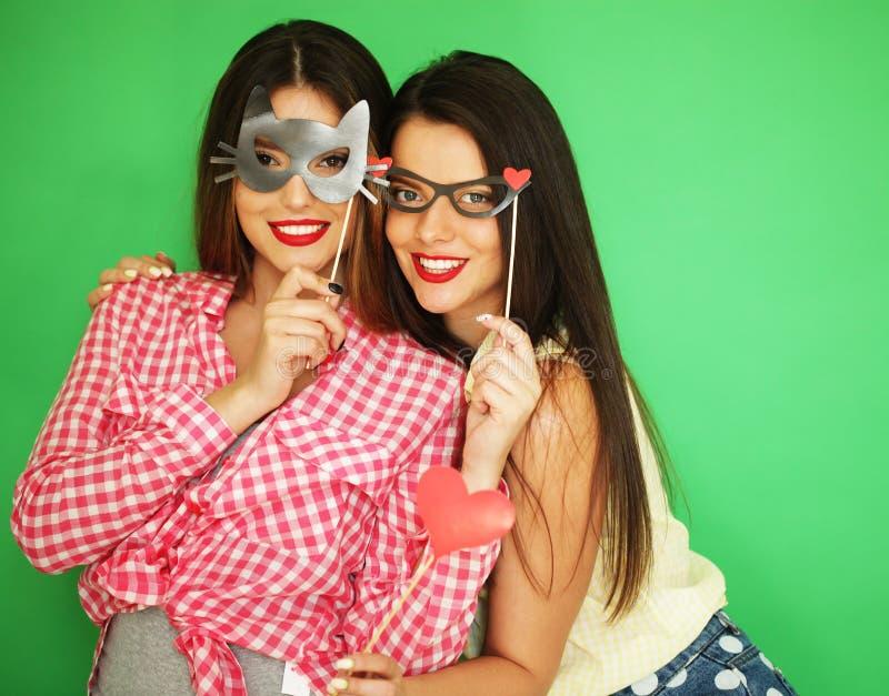 Dois melhores amigos 'sexy' à moda das meninas do moderno prontos para o partido imagem de stock royalty free