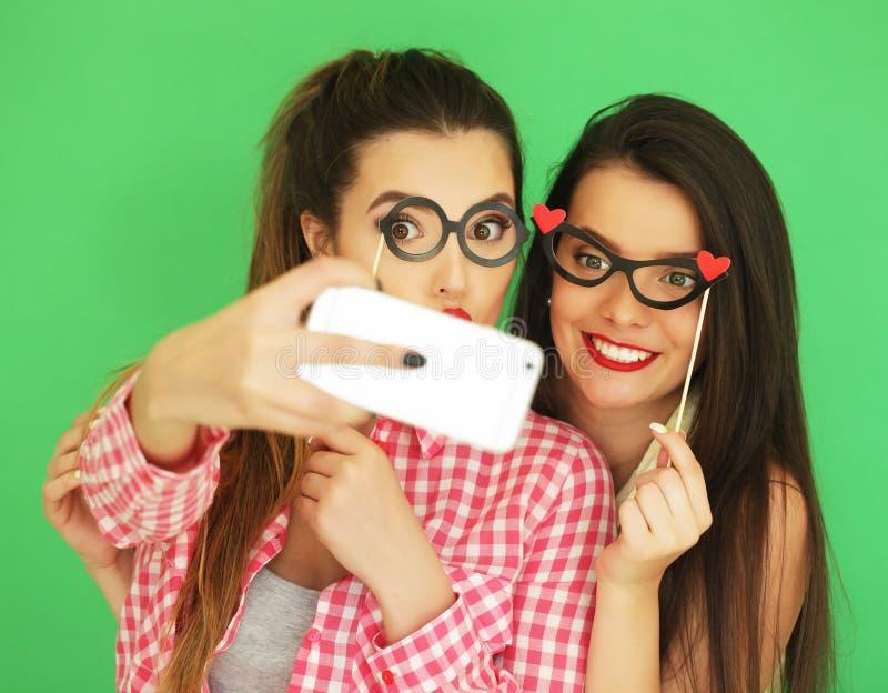 Dois melhores amigos 'sexy' à moda das meninas do moderno prontos para o partido imagens de stock