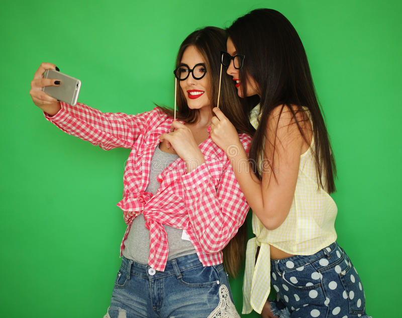 Dois melhores amigos 'sexy' à moda das meninas do moderno prontos para o partido foto de stock royalty free