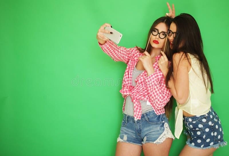 Dois melhores amigos 'sexy' à moda das meninas do moderno prontos para o partido fotos de stock