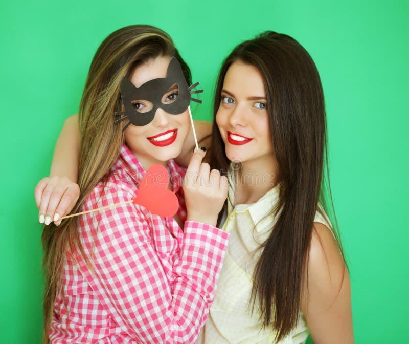 Dois melhores amigos 'sexy' à moda das meninas do moderno prontos para o partido imagem de stock