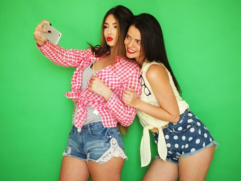 Dois melhores amigos 'sexy' à moda das meninas do moderno prontos para o partido imagens de stock royalty free