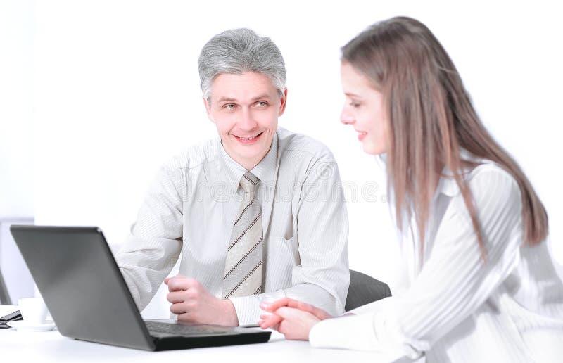 Dois membros da empresa que senta-se atr?s de uma mesa fotos de stock