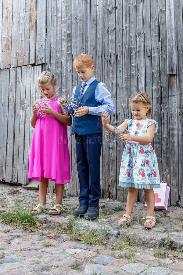 Dois meninas e jogos do menino imagens de stock royalty free