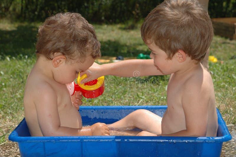 Dois meninos 3 foto de stock