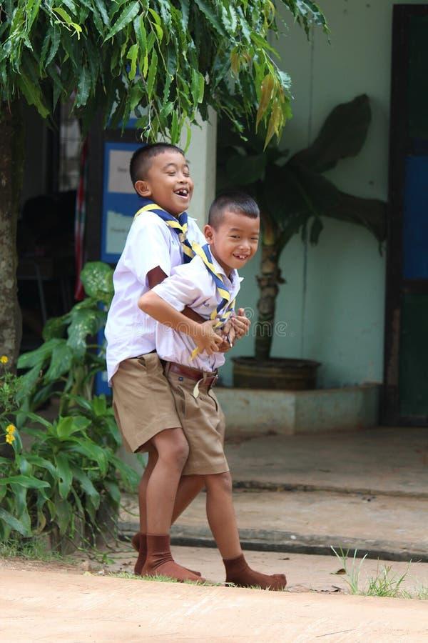 Dois meninos asiáticos estão jogando para apreciar junto fotografia de stock royalty free