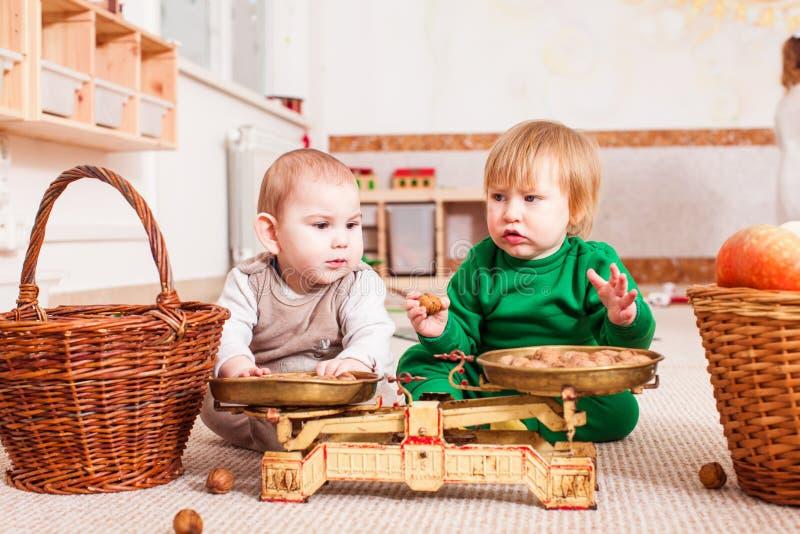 Dois meninos bonitos estão jogando junto imagem de stock