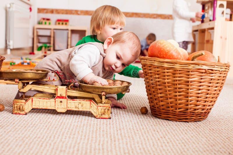 Dois meninos bonitos estão jogando junto fotografia de stock royalty free
