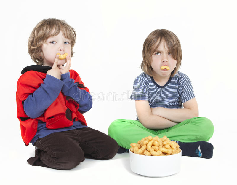 Dois meninos com sopros do amendoim fotografia de stock royalty free