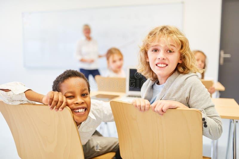 Dois meninos como amigos na classe imagens de stock
