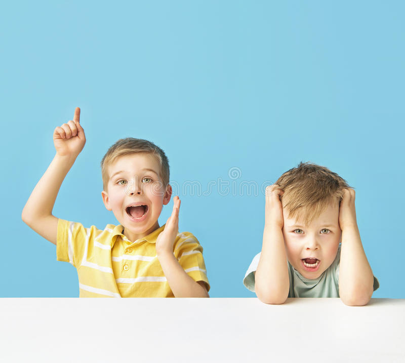 Dois meninos expressivos que levantam junto fotos de stock royalty free