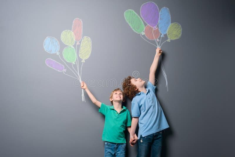 Dois meninos felizes com balões imagens de stock royalty free
