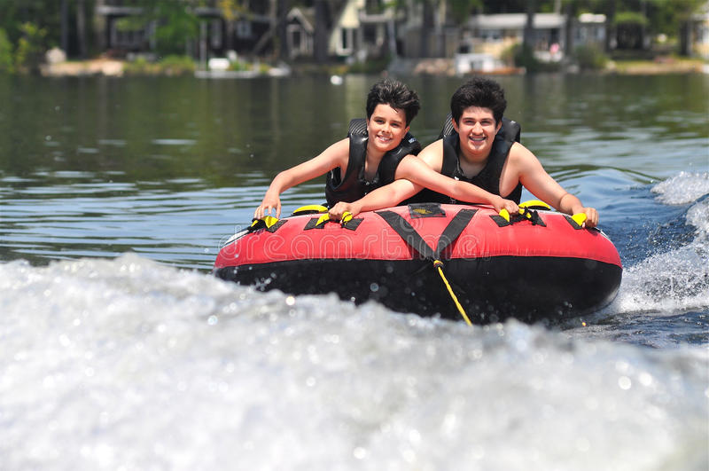 Dois meninos no verão imagens de stock royalty free