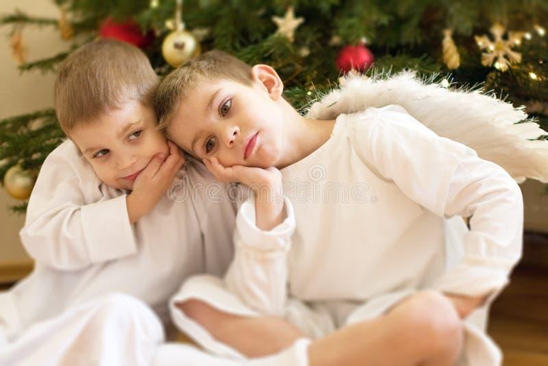 Dois rapazes pequenos vestidos acima como dos anjos 2 imagem de stock