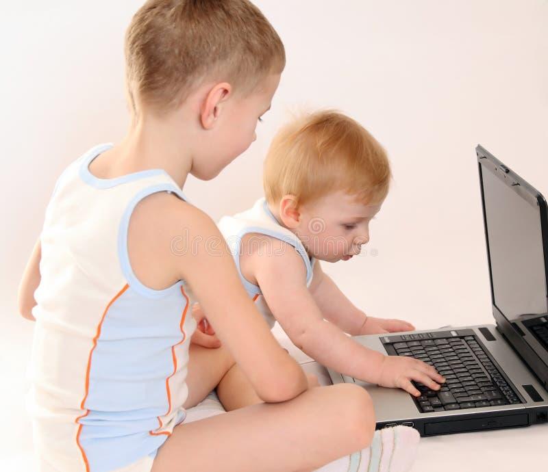 Dois meninos pequenos na roupa idêntica fotografia de stock