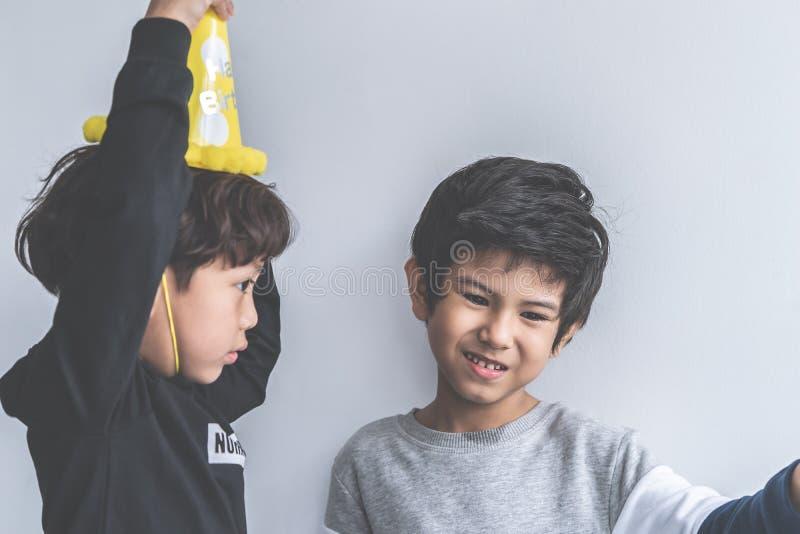 Dois meninos que jogam junto no partido imagens de stock