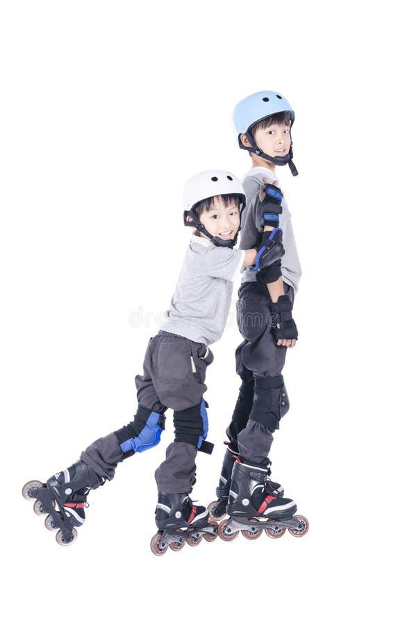 Dois meninos que jogam rollerblades junto imagem de stock royalty free