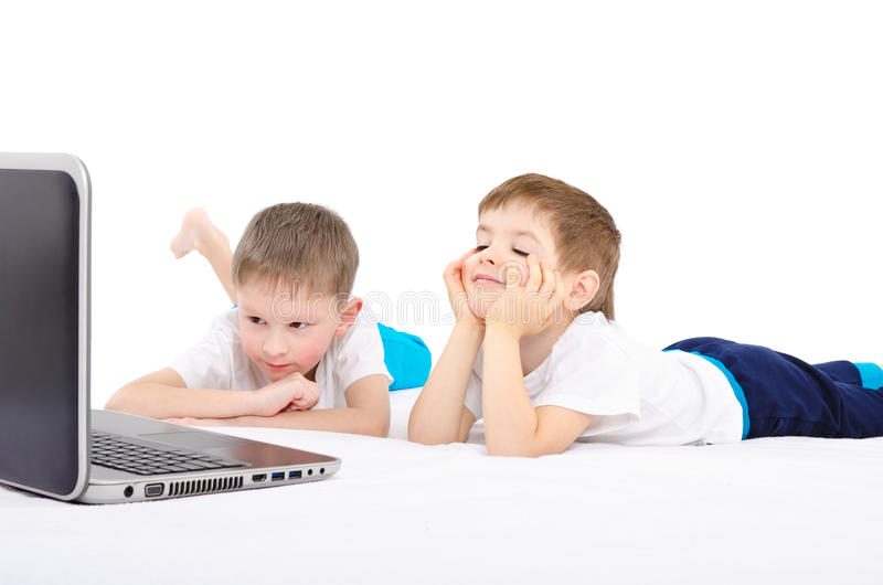 Dois meninos que olham no portátil imagem de stock royalty free