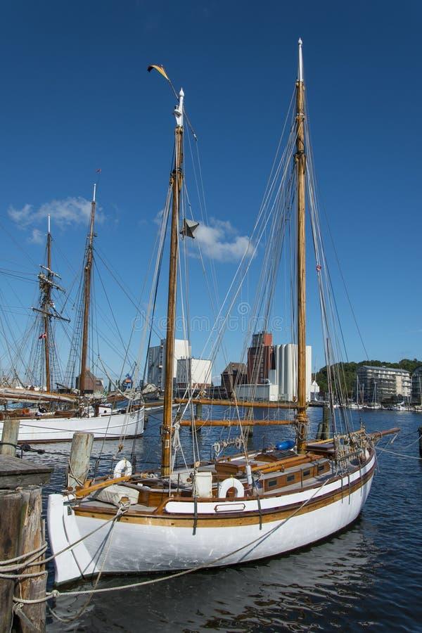 Dois-mestre do barco de navigação fotografia de stock royalty free