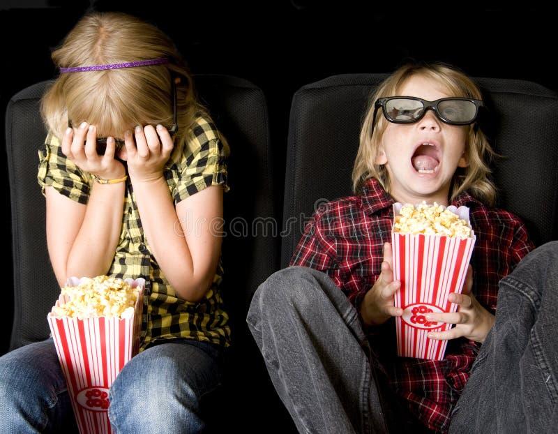 Dois miúdos em um filme 3-D assustador imagem de stock royalty free