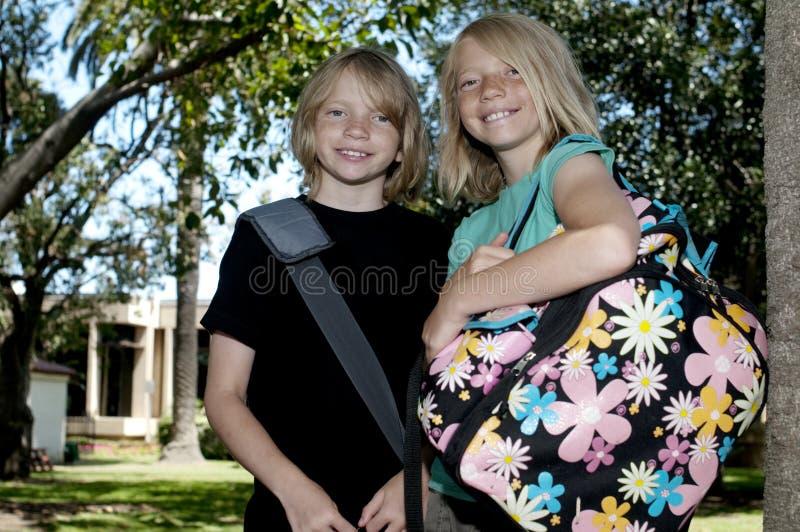 Dois miúdos no primeiro dia da escola imagem de stock royalty free