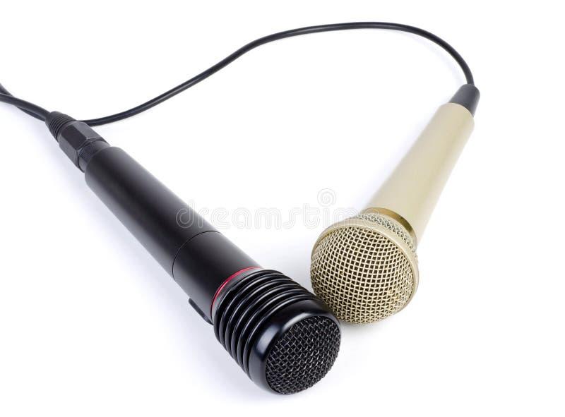 Dois microfones com um cabo isolado em um branco imagens de stock