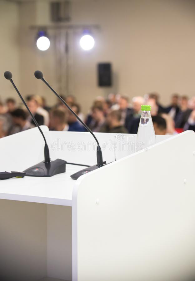 Dois microfones na tabela e na garrafa da água Conferência de negócio fotos de stock royalty free