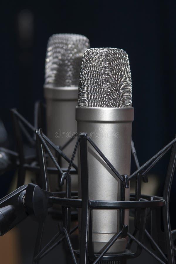 Dois microfones profissionais do est?dio nos suportes, podcasting, dublagem fotografia de stock