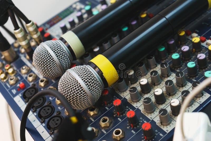 Dois microfones sem fio para eventos do anfitrião em seu console de mistura do DJ imagem de stock