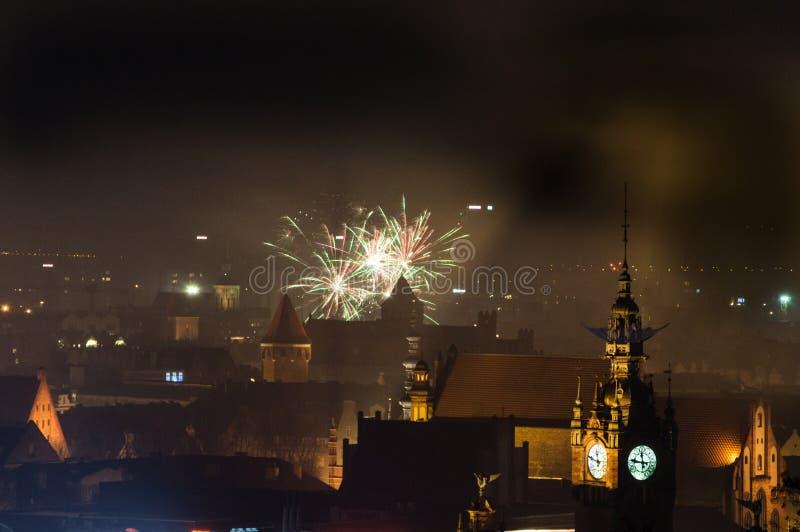 Dois mil dezessete ao ano novo dois mil dezoito que celebração com os fogos-de-artifício em Gdansk no Polônia imagens de stock