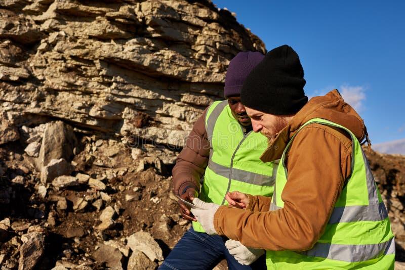 Dois mineiros de ouro que inspecionam a terra imagens de stock