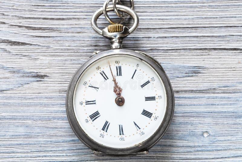 dois minutos a doze no relógio antigo na madeira fotografia de stock royalty free