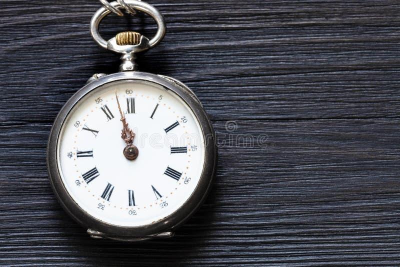 dois minutos a doze no relógio antigo no preto foto de stock