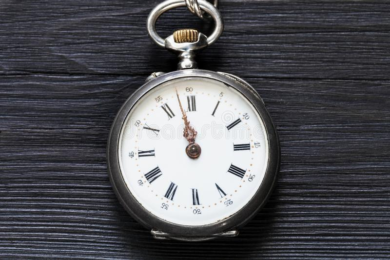 dois minutos a doze no relógio do vintage no preto imagens de stock