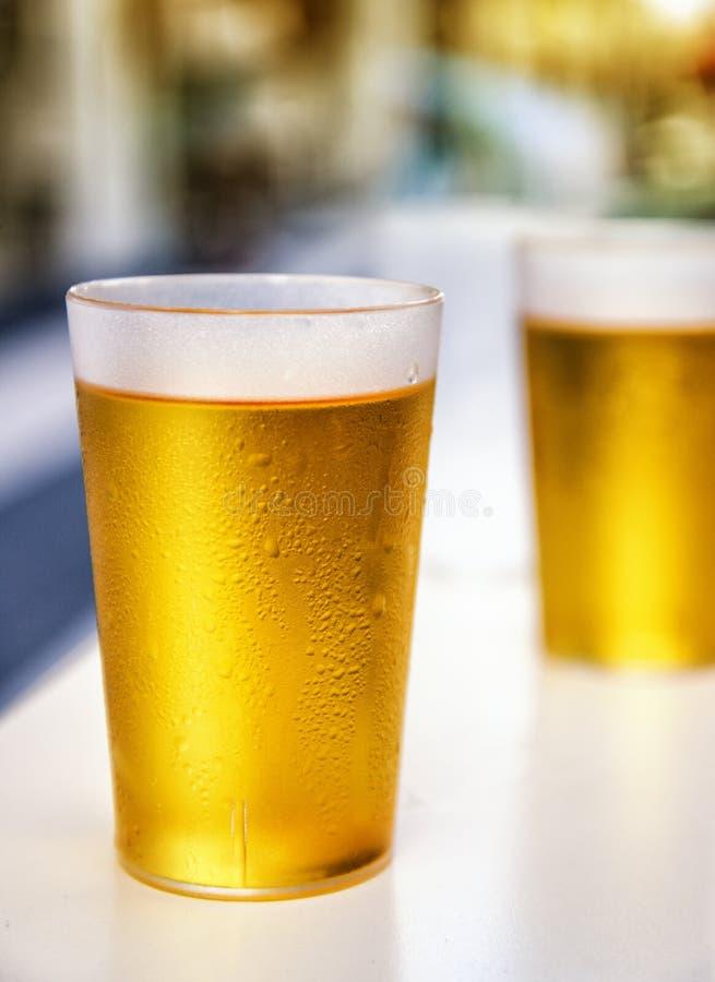 Dois misted copos plásticos da cerveja foto de stock royalty free