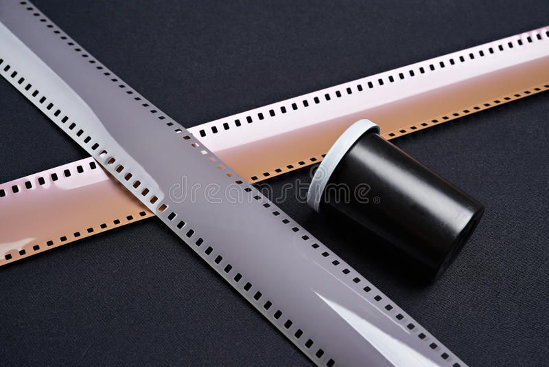 Dois 35mm caixa do filme fotográfico e do padrão foto de stock